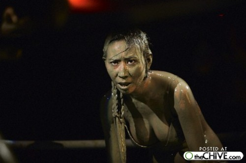 hot_weird_funny_amazing_cool3_a-bikini-mud-fight-19_200907260107098794