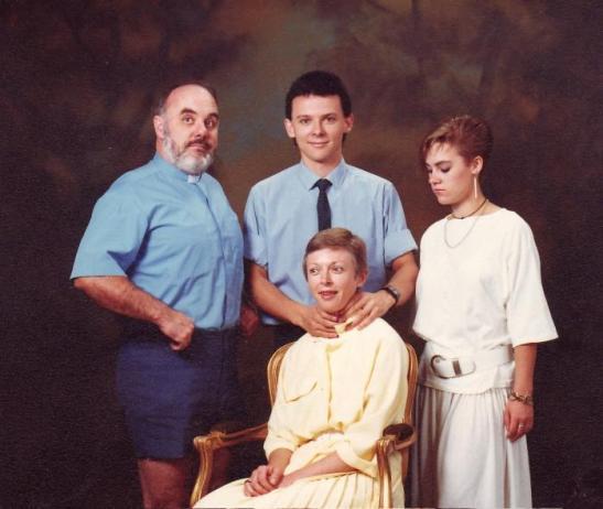Weird-Odd-Family-Photos-Awkward-Killer.jpg